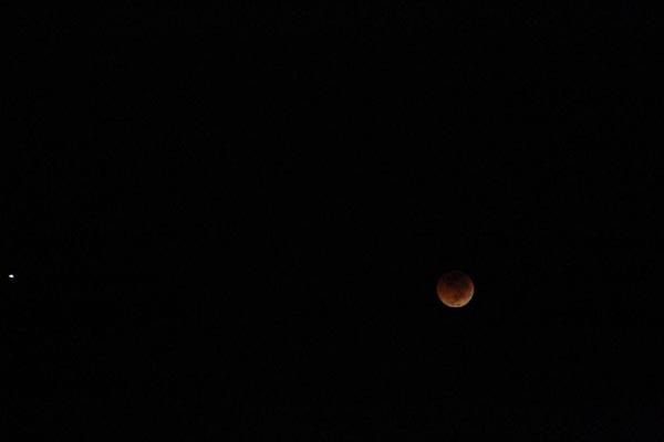 تصاویری از بزرگترین ماه گرفتگی قرن در داریون