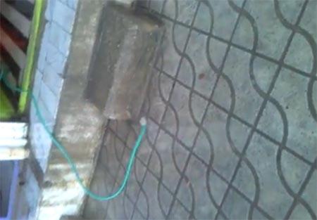 اهالی و کسبه بلوار کشاورز( روبروی بهداری) می گویند: به جای آب از لوله، هوا بیرون می آید!+فیلم