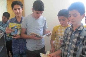 کتابخانه کوچک مسجد جوابگوی نوجوانان علاقمند داریونی نیست+تصاویر