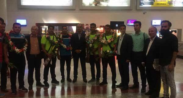 استقبال از حسین شکری قهرمان داریونی رقابت های کشتی کارگران جهان در فرودگاه شیراز/فیلم